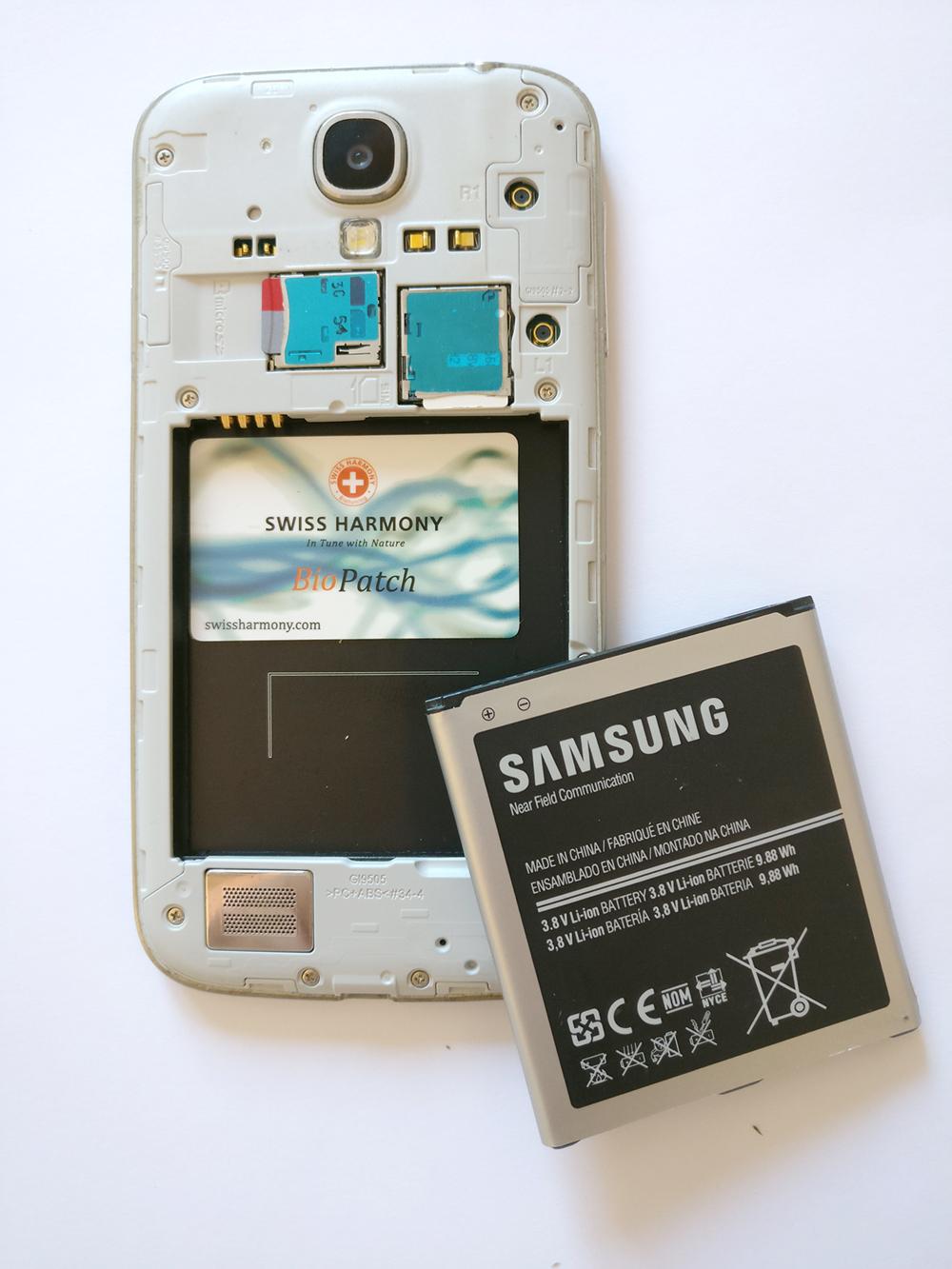 Der BioPatch im geöffneten Smartphone unter dem Akku
