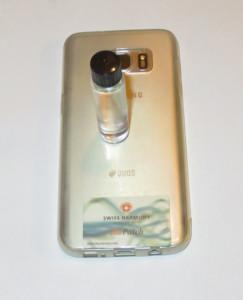 Wasserprobe auf dem Rücken eines Smartphones, das mit einem Swiss Harmony BioPatch harmonisiert wurde.